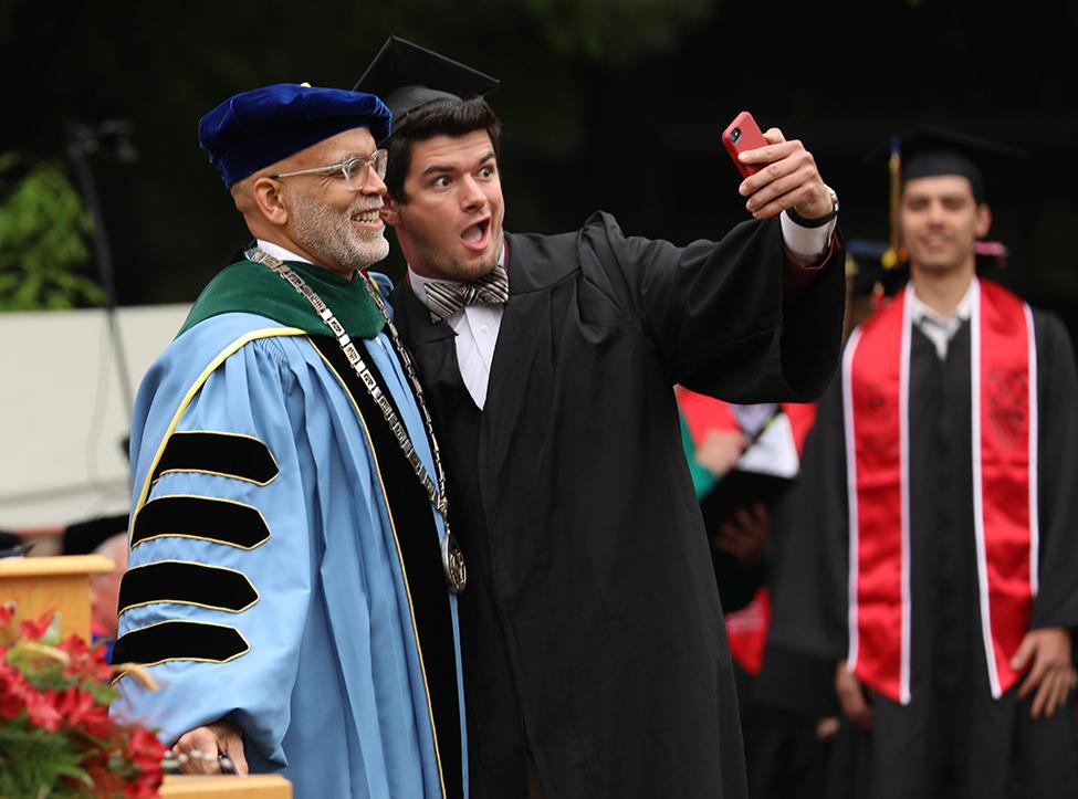 Grad takes selfie with President Kington
